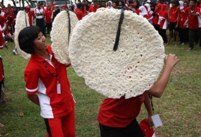 Lomba Makan Kerupuk Saat Perayaan HUT RI ke 73. Ternyata Ini Sejarahnya