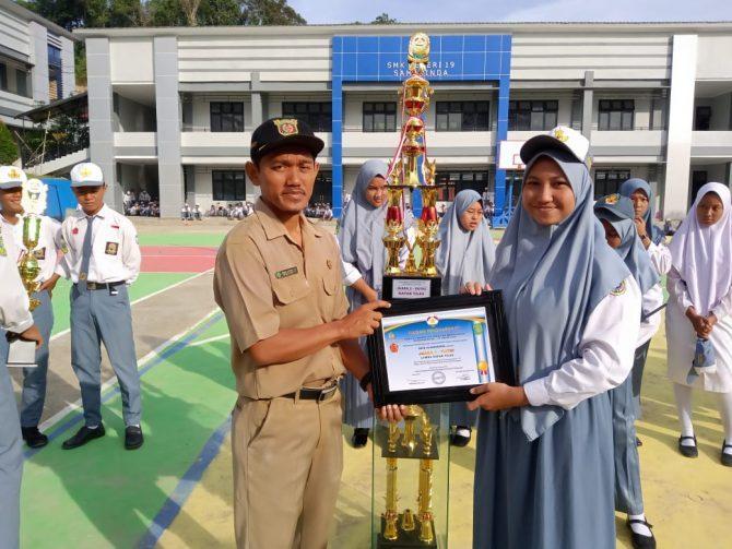 Pak Wawan Kuswadi, M.Pd dan Perwakilan Srikandi 19 yang mendapat Juara 1 untuk regu putri