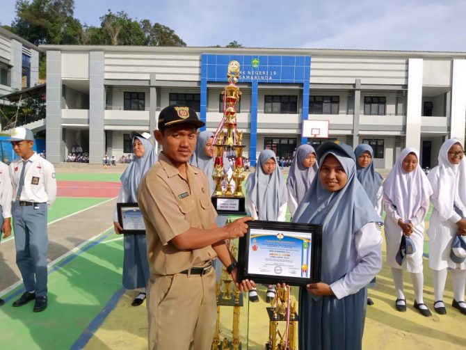 Pak Wawan dan Perwakilan Putri 19 yang mendapat Juara 2 untuk regu putri